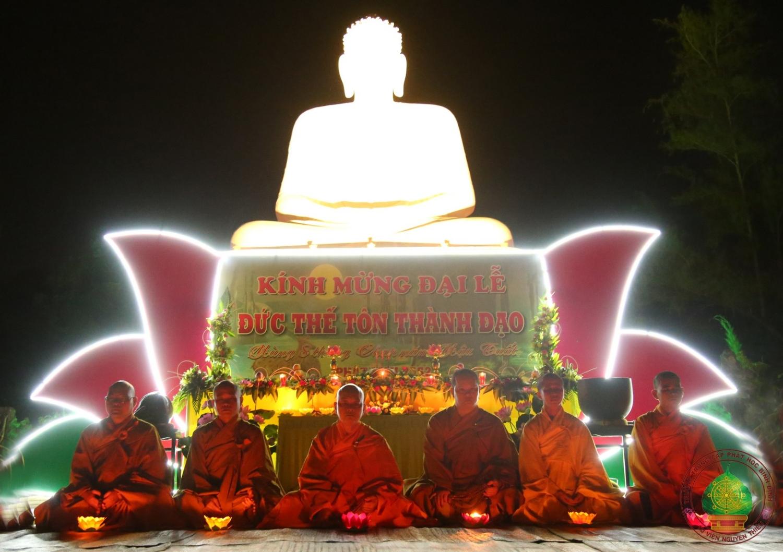 Trường TCPH Bình Định: Thiêng liêng Đêm hoa đăng Phật Thành đạo